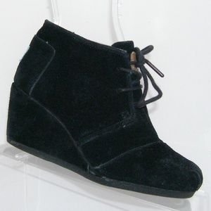 TOMS 'Desert' black suede lace up wedge booties 5M